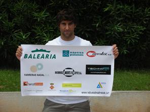 En Miquel Suñer mostrant els patrocinadors que han fet possible aquesta aventura